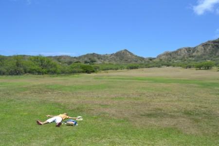 芝生で大の字
